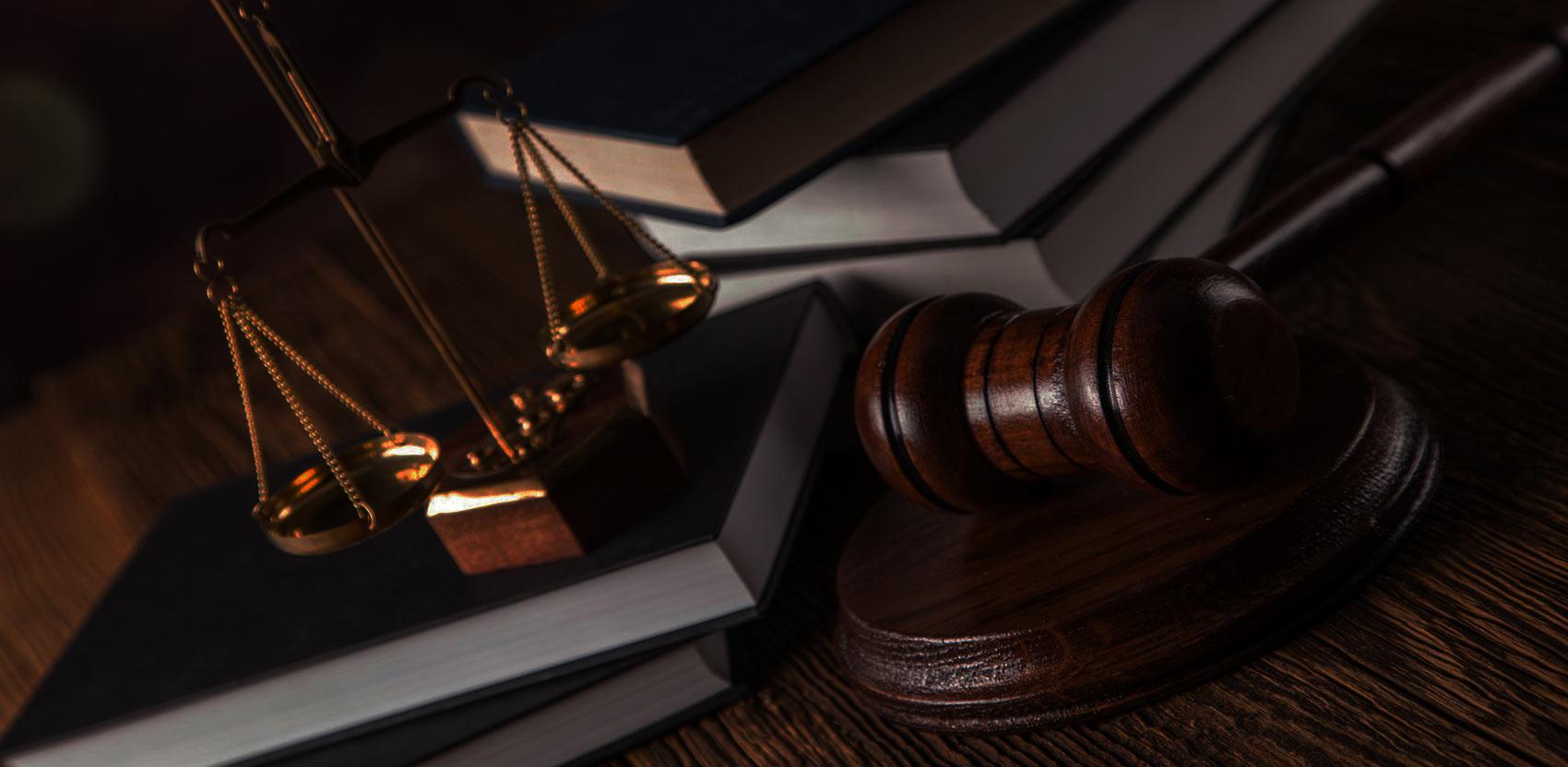 Mesa con elementos de justicia